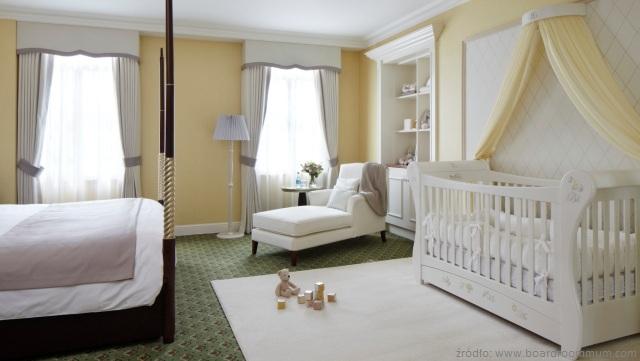 łóżeczko dla dziecka w pokoju