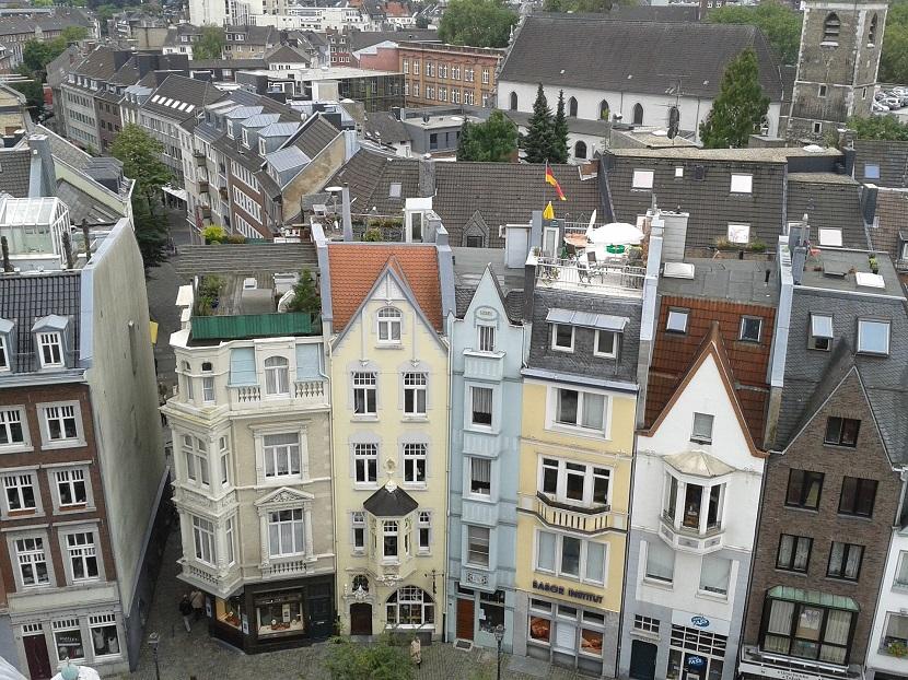 Projekty domów na wąską działkę – czy są praktyczne?